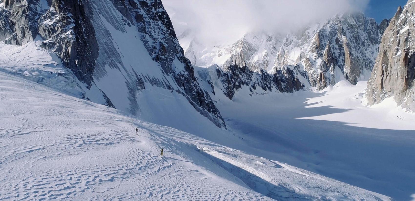 2 skieurs montent en ski de rando à la pointe d'Helbronner, Mont Blanc, plan d'ensemble vue en drone