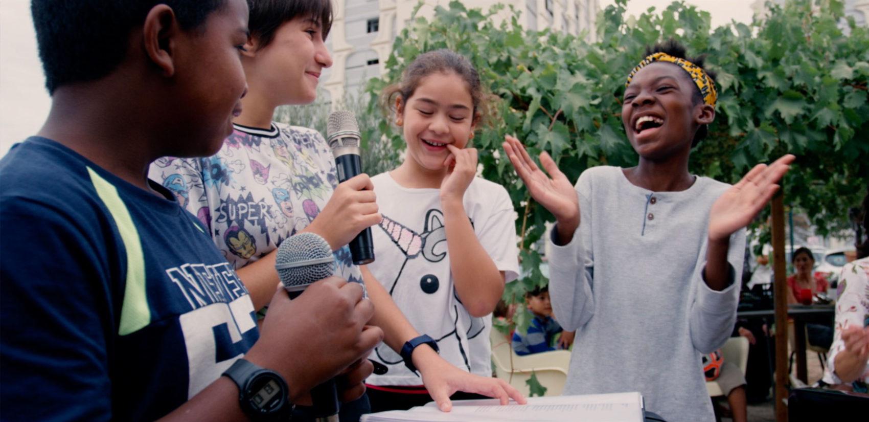 enfants chantent dans un quartier à Lyon