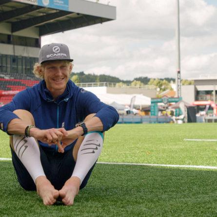 Grégoire curmer assis pour une interview dans un stade